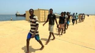 مهاجرون غير شرعيين في طريقهم إلى قاعدة ليبية بعد إنقاذهم من الغرق في المتوسط في 24 تموز/يوليو 2017.