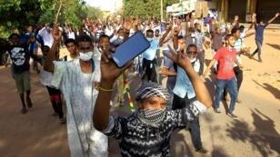 متظاهرون في العاصمة السودانية الخرطوم - 15 يناير/ كانون الثاني 2019