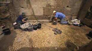 Arqueólogos israelíes participan en las excavaciones cerca del Muro de las Lamentaciones, en Jerusalén, el 19 de mayo de 2020