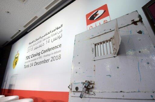 """باب زنزانة قديمة معروضة على المنصة في ختام جلسات """"هيئة الحقيقة والكرامة"""" في تونس"""