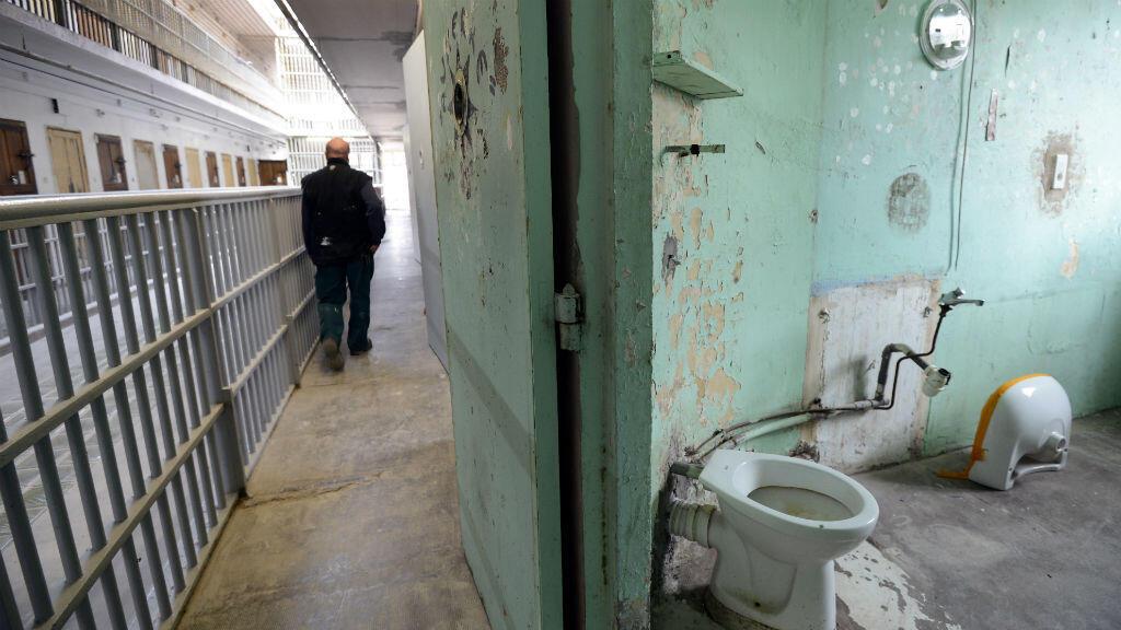 Vue partielle d'une cellule qui a été vidée en vue de sa rénovation, le 6 mars 2013 à la prison des Baumettes, à Marseille.