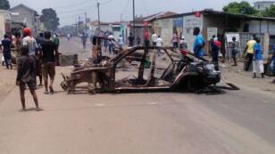 Voiture incendiée à Brazzaville, le 20 octobre 2015.