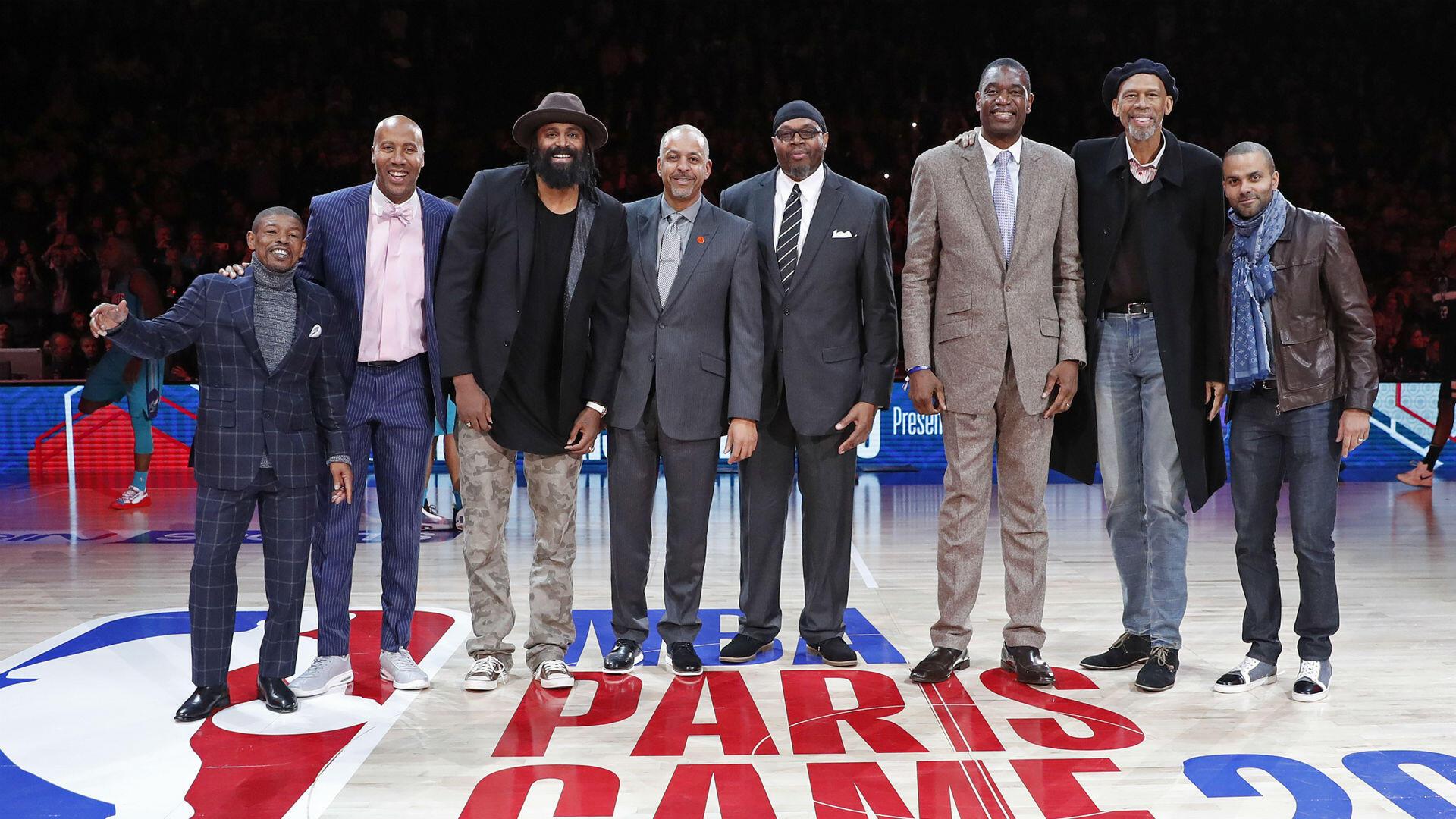 De gauche à droite : Muggsy Bogues, Bruce Bowen, Ronny Turiaf, Dell Curry, Sam Perkins, Dikembe Mutombo, Kareem Abdul-Jabbar et Tony Parker.