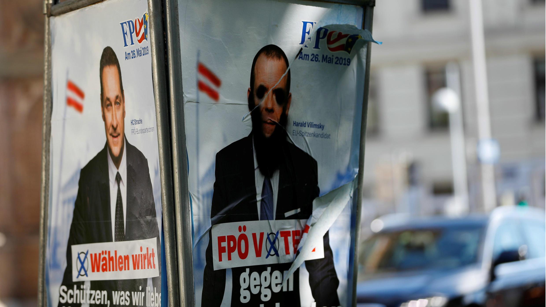 Carteles electorales para las elecciones europeas representando al vicecanciller austriaco y jefe del Partido de la Libertad (FPÖ), Heinz-Christian Strache, y el principal candidato del partido para esta contienda, Harald Vilimsky,en Viena, Austria, en mayo de 2019.