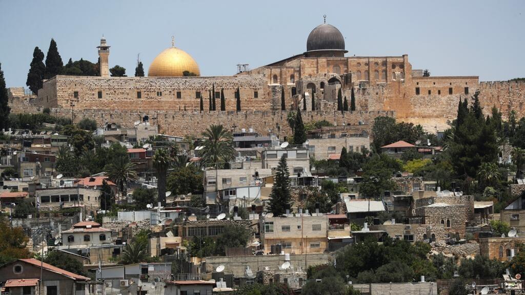القضاء الإسرائيلي يعيد العمل بقرار منع صلاة اليهود في باحات المسجد الأقصى thumbnail