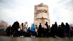 Los asistentes son vistos durante una marcha silenciosa en el National Mall de Washington para conmemorar el 50 aniversario del asesinato del líder de los derechos civiles Rev. Martin Luther King, el 4 de abril de 2018.