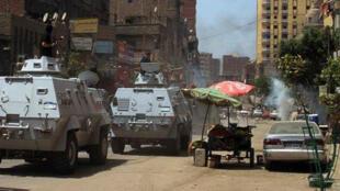 آليات للجيش المصري خلال مواجهات مع انصار محمد مرسي جنوب القاهرة