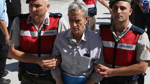 La policía turca escolta al acusado Akin Ozturk al juicio por el golpe de Estado de 2016, en una imagen de archivo del 22 de mayo de 2017.