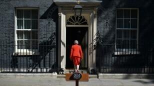 رئيسة الوزراء البريطانية تيريزا ماي تعود إلى 10 داونينغ ستريت بعد إعلان استقالتها في وسط لندن بتاريخ 24 أيار/مايو 2019