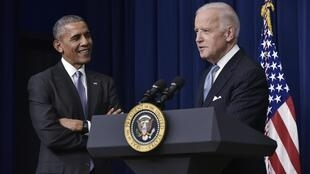 جو بايدن (يمين) وباراك أوباما