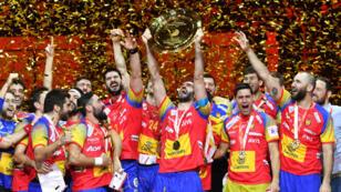 Les Espagnols brandissent leur trophée à l'issue de la finale de l'Euro remportée contre la Suède, dimanche 28 janvier.