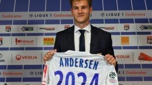 Le défenseur danois Joachim Andersen, recrue de l'OL, lors de sa présentation, le 12 juillet 2019 à Lyon