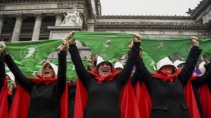 Varias mujeres desfilan en las calles de Buenos Aires llevando la ropa del famoso libro de Margaret Atwood, 'El cuento de la criada'.