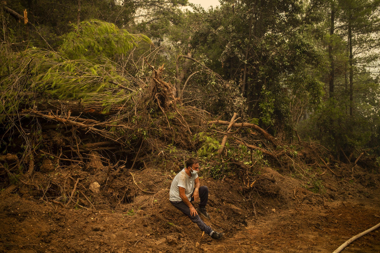 Un voluntario descansa durante un incendio cerca del pueblo de Avgaria en la isla griega de Eubea, el 10 de agosto de 2021