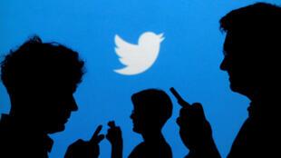 Fondo proyectado con el logotipo de Twitter en imagen ilustrada tomada el 27 de septiembre de 2013