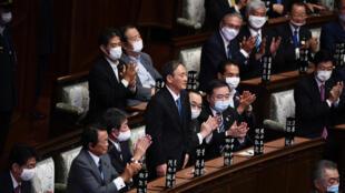 يوشيهدي سوغا (وسط) بعد انتخابه رئيسا للوزراء في اليابان في مجلس النواب في طوكيو في 16 ايلول/سبتمبر 2020.