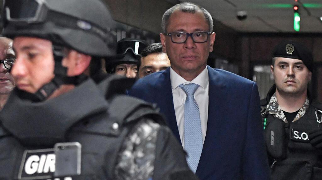El vicepresidente ecuatoriano, Jorge Glas es acompañado a la sala de la corte junto a su abogado Eduardo Franco Loor (R), durante su audiencia de hábeas corpus ante la Corte Nacional de Justicia en Quito el 15 de octubre de 2017.