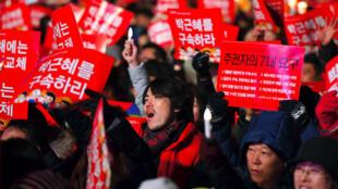 Nouvelle manifestation populaire à Séoul pour exiger le départ de la présidente Park Geun-hye, samedi 31 décembre 2016.