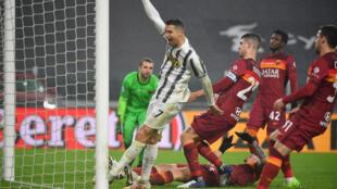 El astro portugués de la Juventus Cristiano Ronaldo (C) celebra un gol sobre la AS Roma, en partido de la liga italiana jugado el 6 de febrero de 2021 en Turín
