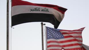 العلمان العراقي والاميركي امام فندق في بغداد
