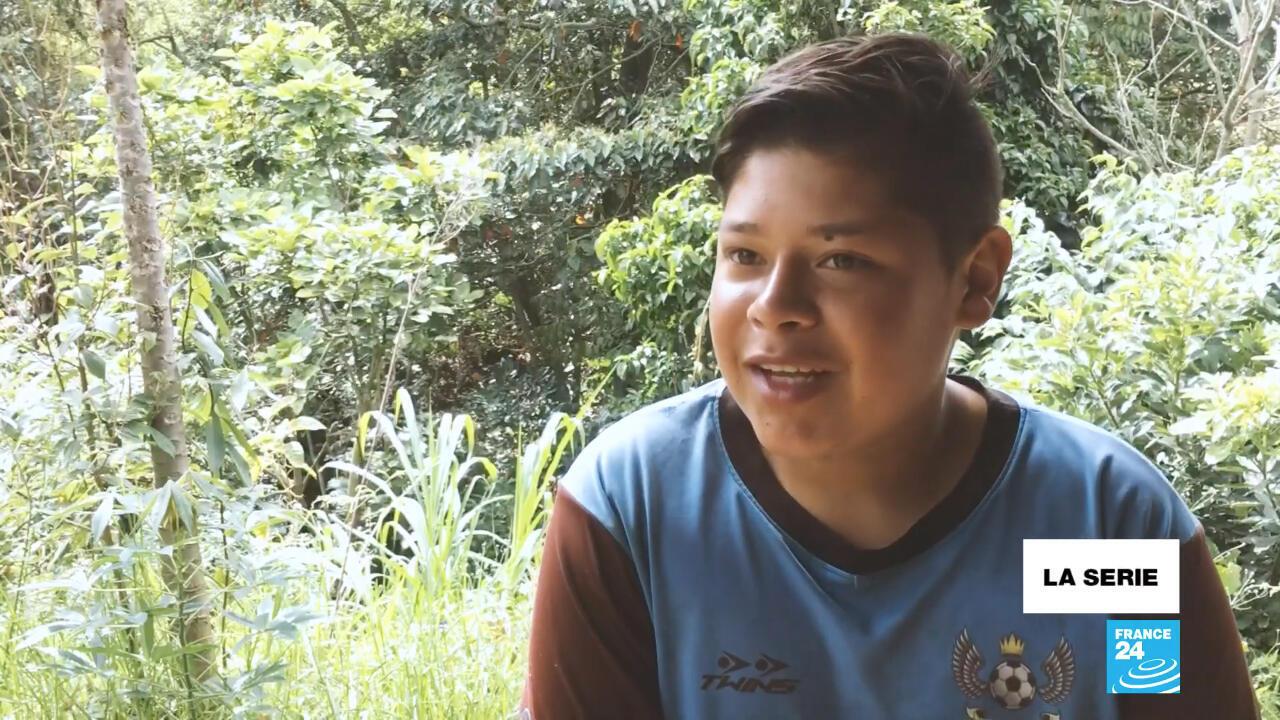 Julio Andrés ahora dedica su tiempo al arduo trabajo en el campo mientras se reactivan sus estudios, congelados por la pandemia.