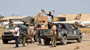 مقاتلون موالون لحكومة الوفاق الليبية في مطار طرابلس الدولي بتاريخ 4 حزيران/يونيو 2020