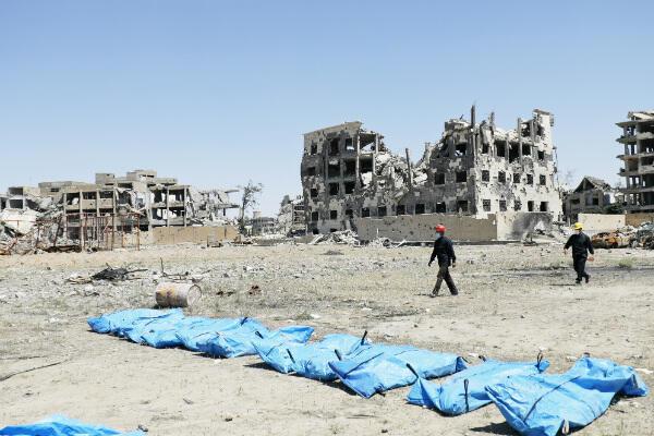 Découverte d'une fosse commune en avril 2018, dans un ex-bastion de l'EI à Raqqa.