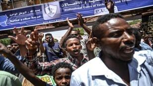 متظاهرون سودانيون أمام مقر الجيش في العاصمة الخرطوم، 21 أبريل/نيسان 2019.
