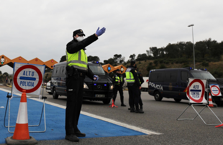 شرطة الحدود تفحص المركبات بين إسبانيا وفرنسا. لا خونكيرا، إسبانيا في 17 مارس/آذار 2020.