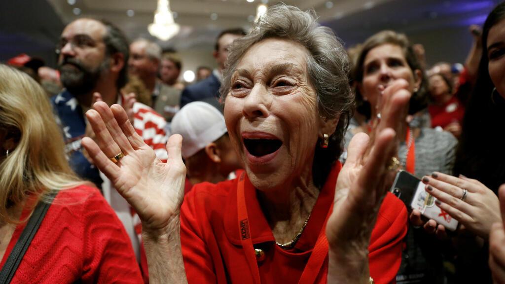 La madre del candidato republicano Brian Kemp reacciona después de que los resultados electorales revelaran que su hijo será gobernador de Georgia. Georgia, EE. UU., 7 de noviembre de 2018.