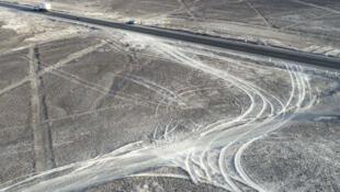 Fotografía cedida por la Agencia Andina muestra una vista aérea de los daños provocados a las milenarias Líneas de Nazca (Perú), el miércoles 31 de enero de 2018.