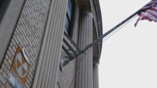 في مانهاتن لافتة ملصقة على واجهة مكتب بريد تشير لوجود ملجأ نووي في البناية