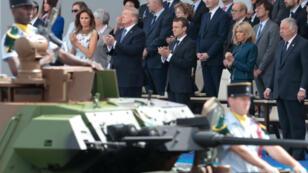 Donald Trump et Emmanuel Macron, accompagnés de leurs épouses, attendant le défilé du 14-Juillet.