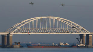 Pour barrer la route aux trois navires ukrainiens, les forces russes ont placé un énorme cargo sous le pont, sous contrôle russe, dans le détroit de Kertch, le 25 novembre 2018.