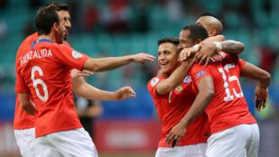 Los jugadores chilenos celebran el segundo gol de Alexis Sánchez en el partido contra Ecuador. Salvador de Bahía, Brasil. 21 de junio de 2019.