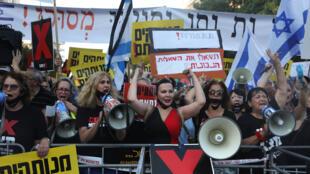 """إسرائيليون يتظاهرون أمام مقر بنيامين نتانياهو في القدس في 14 تموز/يوليو 2020 تنديدا بـ""""فساد"""" رئيس الوزراء المتهم في عدة قضايا"""