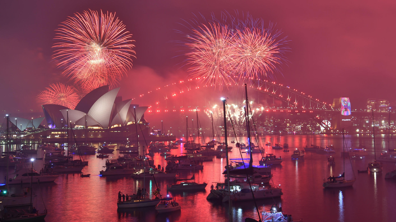 Espectáculo de fuegos artificiales previo en Harbour Bridge y la Ópera de Sidney, en Australia, el 31 de diciembre de 2018.