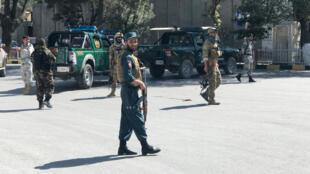 Un grupo de uniformados afganos asegura el área donde se registró una explosión en Kabul. En una provincia más al norte, otro atentado cobró la vida de 24 personas en un evento donde se presentaría el presidente. Septiembre 17 de 2019.