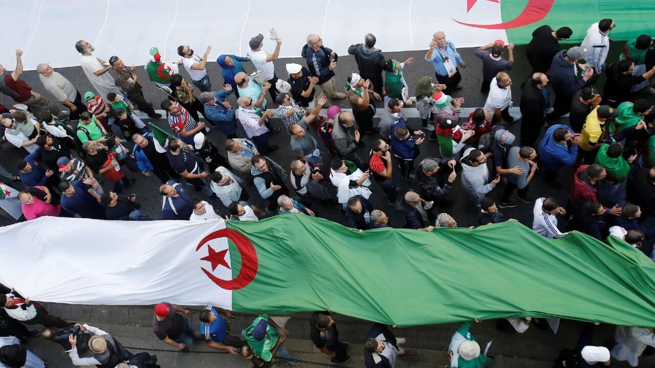 Los manifestantes llevan banderas nacionales durante una protesta contra la élite gobernante del país, en el aniversario de la revolución de 1954 contra el dominio colonial francés, en Argel, Argelia, el 1 de noviembre de 2019.