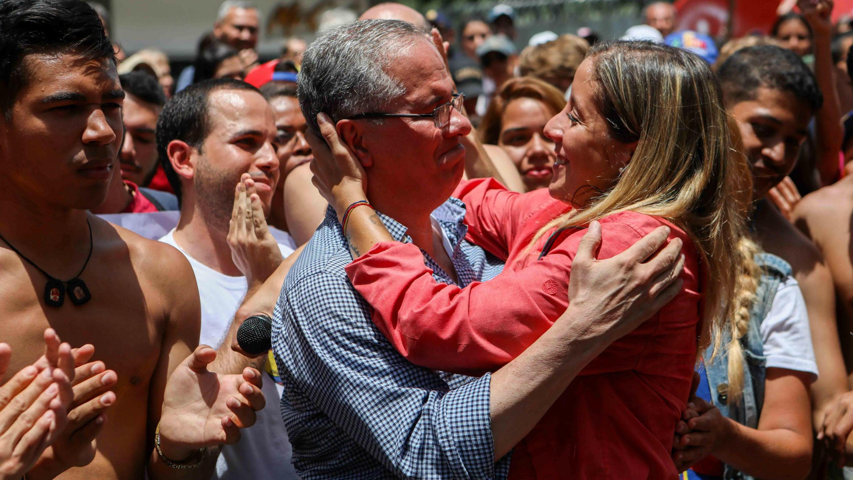 El padre y la hermana del diputado venezolano, Juan Requesens, se abrazan durante una manifestación para pedir la liberación del legislador. Caracas, Venezuela, el 11 de agosto de 2018.