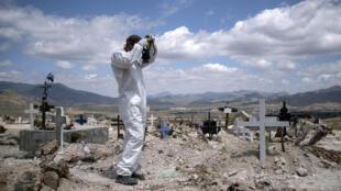 Un enterrador prepara unas tumbas para víctimas de COVID-19 en el Cementerio Municipal de Tijuana, en México, el 12 de mayo de 2020
