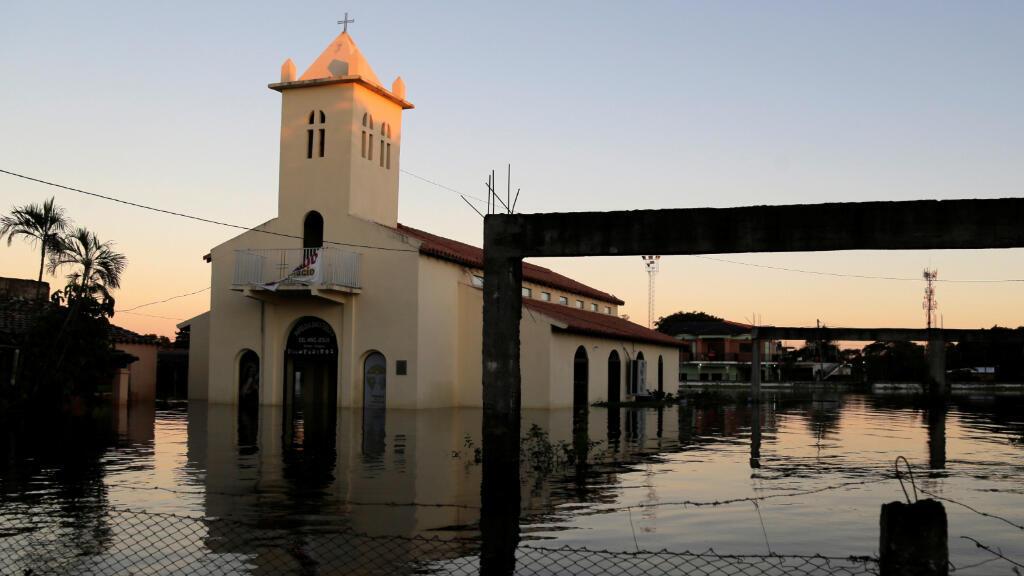 Una iglesia se ve parcialmente sumergida en una calle inundada después de las fuertes lluvias que causaron el desbordamiento del río Paraguay, en un vecindario en las afueras de Asunción, Paraguay, el 25 de mayo de 2019.