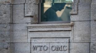 Fotografía tomada el 23 de julio de 2020 en la entrada de la Organización Mundial del Comercio (OMC) antes de un consejo general en Ginebra.