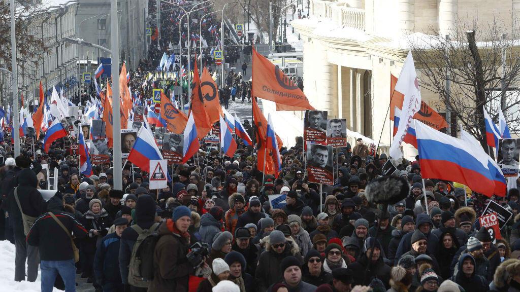 Miles de personas asisten a un mitin que marca el tercer aniversario de la muerte del político opositor ruso Boris Nemtsov, en Moscú, Rusia, el 25 de febrero de 2018.