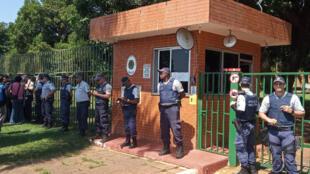 Efectivos de la Policía Militar brasileña montan guardia en los alrededores de la embajada de Venezuela en Brasilia, Brasil, el 13 de noviembre de 2019, mientras simpatizantes del presidente Nicolás Maduro y del líder de la oposición venezolana Juan Guaidó se enfrentan en el área.