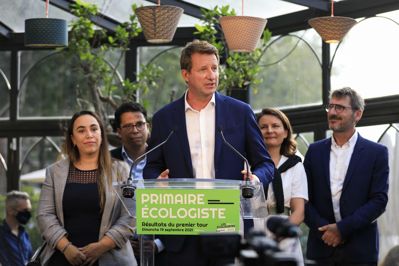 L'eurodéputé écologiste Yannick Jadot (c) fait une déclaration après les résultats du premier tour de la primaire écologiste, le 19 septembre 2021 à Paris