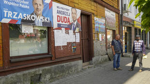 إعلانات انتخابية في شارع في مدينة راتشاز البولندية في 09 تموز/يوليو 2020