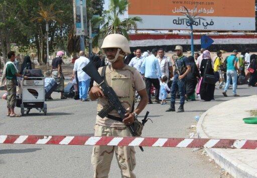أحد عناصر الأمن الموالين للرئيس عبدربه منصور هادي في مطار عدن الخميس