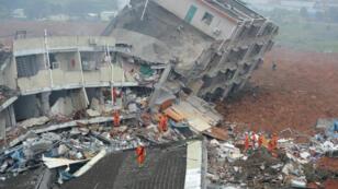 Au moins 33 bâtiments industriels ont été ensevelis par un glissement de terrain à Shenzhen, le 20 décembre 2015.
