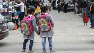 Deux écolières palestiniennes dans le camp de réfugiés de Rafah, dans la bande de Gaza, le 6 février 2018.